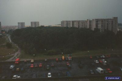 Zmoczony deszczem parking nad stacją metra Natolin. A gdzie jest Aleja KEN? Będzie. Pod koniec 1999 roku połączy Belgradzką z Płaskowickiej. Fot. Bartosz Rożeński.