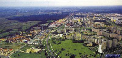 Ulica Rosoła, widok znad skrzyżowania z ul. Gandhi. Z lewej zaczyna budować Spółdzielnia Ursynów, z prawej Rezydencja Renoir dopiero w planach. Albo i nie. Zdjęcie znalezione w sieci, autor poszukiwany.