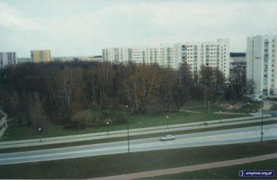 Trawa jeszcze nawet nie zdążyła dobrze wyrosnąć. Na otwartym niedawno odcinku Alei KEN od Belgradzkiej do Płaskowickiej wszystko pachnie nowością. Fot. Bartosz Rożeński.