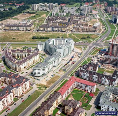Kabaty, widok na wschód. Na pierwszym planie świeżo oddany budynek NASK, dalej puste pole przy Wańkowicza, podobnie wzdłuż Jeżewskiego. Autor zdjęcia nieznany.