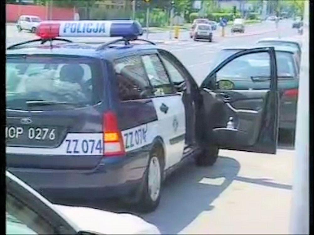 Ford Focus jeszcze na starych numerach MOP, co oznacza, że służby wszedł, gdy idolem polskich policjantów był Olgierd Halski z