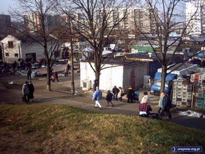 """To zdjęcie wyjaśnia młodzieży, czemu płaski dziś bazar przy Braci Wagów zwie się """"na dołku"""". Bo kiedyś był tam dołek. Ot i cała tajemnica. Fot. Wiesław Płotnicki."""