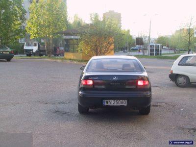 Bajerancki Lexus na nieco mniej bajeranckim parkingu przy Jastrzębowskiego. W tle aż dwie budki telefoniczne TP SA. Fot. Andrzej Rutkowski.