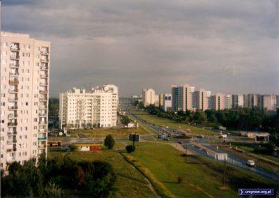 Zdjęcie z ulicy Polaka na południe. Za rondem wciąż widzimy mały lasek w miejscu przyszłego osiedla. KEN sięga już do Belgradzkiej, ale wciąż jednopasmowa. Fot. Maciej Pyka.