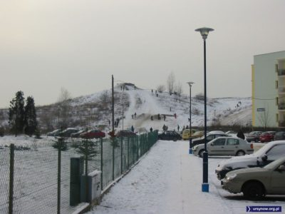 Francuzi mają Trzy Doliny, a my Trzy Szczyty - masyw górski znany jako Kazurka. Tu widok od strony ulicy Stryjeńskich. Po lewej płot kościoła. Zdjęcie: Paweł Jamroz