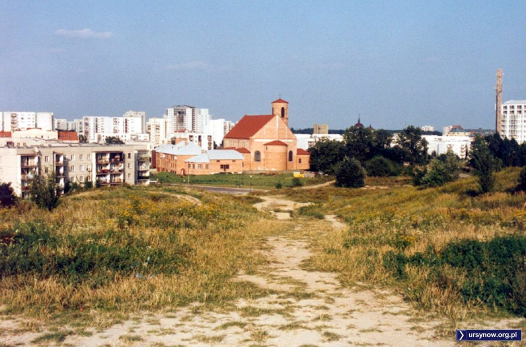 Górka Kazurka, spojrzenie na Natolin. Kościół jeszcze w oryginalnym wystroju surowej cegły. Zdjęcie znalezione w sieci nadesłał Maciej Chojecki.