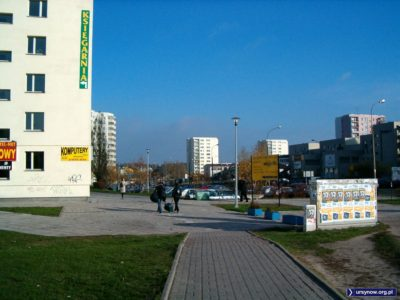 Po wyjściu ze stacji Natolin wita nas szeroka perspektywa ulicy Belgradzkiej z reklamą wypożyczalni DVD Beverly Hills w tle. Fot. Małgorzata Badowska.
