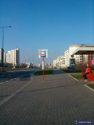 436, 504 i 505 - z przystanku Metro Natolin pędzą w świat linie przyspieszone mijając nieco puste pole po lewej - zachodnia pierzeja KEN między Belgradzką i Płaskowickiej dopiero powstaje. Fot. Małgorzata Badowska.