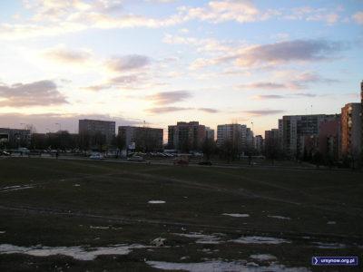 Marzec był kapryśny i wciąż jeszcze wzdłuż Płaskowickiej można podziwiać resztki ostrej zimy. Oraz Imielin przed ociepleniem bloków. Fot.: Qkiel.