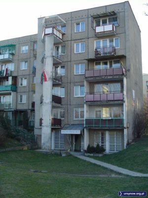 Cybisa 5, salon piękności, a flagi narodowe z kirem to na śmierć Jana Pawła II. Fot. Marcin Grzanek.