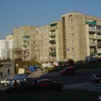 Blok przy Herbsta 4 i przejście dla pieszych przez ulicę Romera. Fot. Marcin Grzanek.