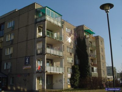 Blok przy Herbsta 4 od strony podwórka. Tablice z adresem sponsoruje KFC. Fot. Marcin Grzanek.