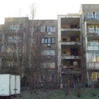 Wspólne tarasy dostępne z klatki schodowej - takie rozwiązanie w pełnym ułatwień eksperymentalnym bloku przy Herbsta 4. Fot. Marcin Grzanek.