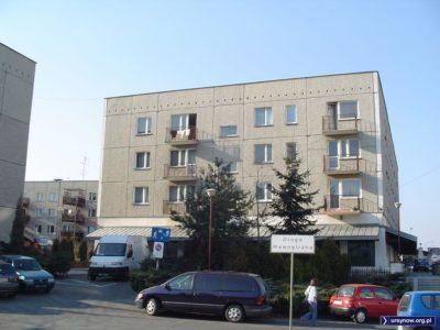 Domy przy Romera niedaleko Puławskiej to jedne z ostatnich wielkopłytowych konstrukcji na Ursynowie. Zbudowano je już po upadku socjalizmu. Kapitalizm przyniósł tu pierwszy lokal Pizzy Hut. Zdjęcie: Marcin Grzanek.