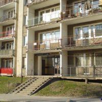 Sosnowskiego 6. Pranie na niektórych balkonach zwiastuje zbliżającą się wiosnę. Jest kwiecień. Zdjęcie: Marcin Grzanek.