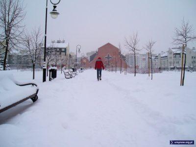 Śniegu znów nasypało tyle, że bez rakiet ani rusz. Można nawet pokusić się o kulig - regulamin Parku Jana Pawła II chyba go nie zakazuje. Zdjęcie: Szymon Tumielewicz.