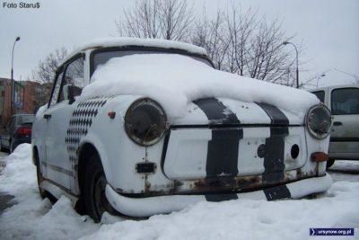 Wyścigowy Trabant 601 przy Dereniowej topnieje wraz ze śniegiem. Zdjęcie: Paweł Starewicz