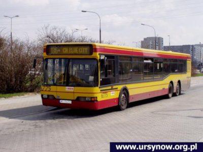 Autobus 136 gotowy do drogi na Ochotę, tylko jeszcze trochę sobie pokrąży po Ursynowie. Jest to pierwsze zdjęcie nadesłane przez użytkownika ursynow.org.pl w historii naszego serwisu. Fot. Mateusz Budzianowski.