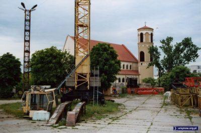 Baza budowlana na tyłach ulicy Stryjeńskich. Kabina dźwigowego już się chyba nie dźwignie, a latarnie z lat '70 też już wiele nie oświetlą. Fot. Maciej Mazur.