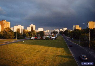 Aleja KEN, widok na południe z wiaduktu Doliny Służewieckiej. Klasyczny widok witający każdego przybysza z północy. Fot. Maciej Mazur.