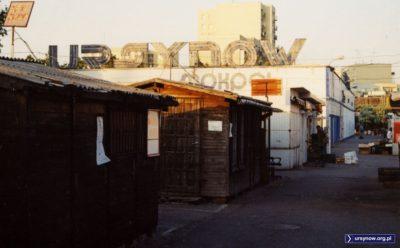 Sex-shop z tabliczki w lewym górnym rogu już od dawna nie działa, ale zaplecze Megasamu wciąż jest bardzo sexy. Zwłaszcza wieczorem, gdy handel bazarowy zamiera. Fot. Maciej Mazur.