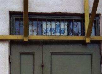 SPHW to Stołeczne Przedsiębiorstwo Handlu Wewnętrznego, swego czasu potentat wśród sklepów wielobranżowych. Te drzwi prowadziły oczywiście do magazynu jednego z nich, otwartego w pawilonie przy Pasażu Imielińskim 11. Fot. Maciej Mazur.