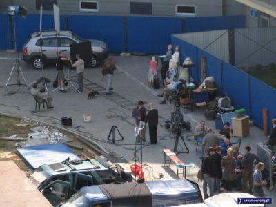 """Aktorzy i ekipa już na planie """"Dylematu 5"""", zaraz klaps, a potem klops. Po emisji. Lepsza już cisza na tym planie. Zdjęcie nadesłał Polkagriss."""