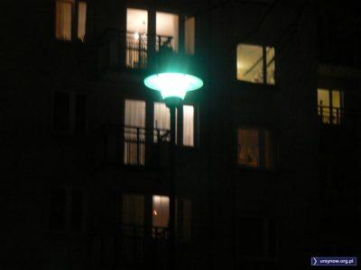 Klasyczna, zimna, rtęciowa latarnia na tle bloku przy Koncertowej 10. Fot. Maciej Mazur