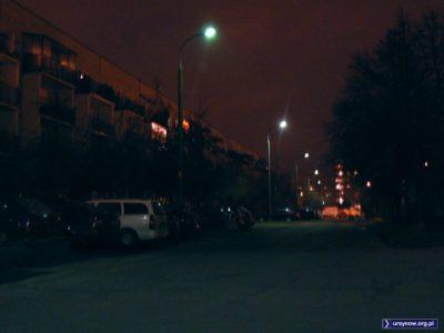 Ta uliczka osiedlowa prowadząca od Surowieckiego na tyły Megasamu, to w zasadzie jest ulica Wierzbięty. Wytyczono ją śladem drogi o tej nazwie z epoki przedblokowej. Fot. Maciej Mazur