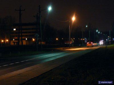 Ulica Nowoursynowska na wysokości SGGW. Na poboczu stary Kamaz i stare, wiejskie słupy latarni. Fot. Maciej Mazur