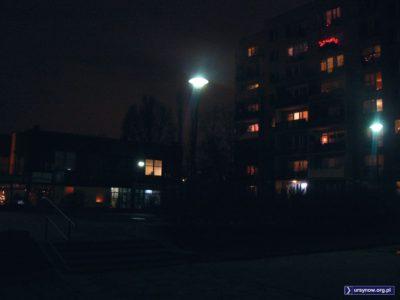 Placyk na Puszczyka otoczony bladym światłem rtęciowych latarni. Fot. Maciej Mazur