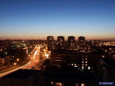 Magiczna godzina na granicy dnia i nocy. Ulica Cynamonowa, w tle cztery bloki Manhattanu przy Szolc-Rogozińskiego. Zdjęcie: Artur Pomianowski.
