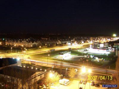 Noc na rogu Rosoła i Płaskowickiej. Jedynym jasnym punktem gastronomicznym pozostaje stacja Orlenu przy Migdałowej. To może hot-doga? Zdjęcie: Artur Pomianowski.