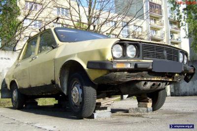 Dacia 1310p, produkt rumuński, zastygły w pozie pomnikowej przy Surowieckiego. W jedną z dziur pod zderzakiem wpychało się korbę i auto zapalało. Poważnie! Zdjęcie: Paweł Starewicz.