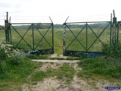 Brama na dawne pole doświadczalne SGGW u podnóża Skarpy przy przyszłej ulicy Płaskowickiej. Dziś czasem ktoś tu tylko jeździ konno. Fot. Maciej Mazur.