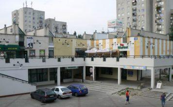 Właściwy adres tego pawilonu handlowego to Pasaż Imieliński 11. Jest jedynym wybudowanym po tej stronie Alei KEN elementem planowanego osiedlowego centrum usługowego. Fot. Maciej Mazur.