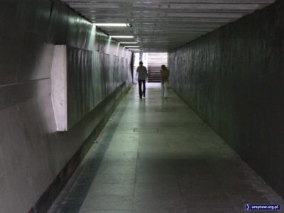 Ten dziwny pas po lewej na ścianie, to zaspawane dawne gabloty ogłoszeniowe. Ktoś wymyślił, że w przejściu podziemnym nad Smródkę będą szklane i eleganckie. Ktoś nie pomyślał. Fot. Maciej Mazur.