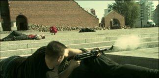 """Choć większość poległa, gangsterzy wciąż trzymają się w twierdzy - fontannie przed kościołem Wniebowstąpienia. Kadr z serialu """"Pitbull"""", odc. 16."""