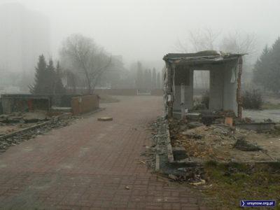 Wewnętrzny dziedziniec dawnego Ratusza przy Lanciego skryty był między blaszanymi baraczkami. Fot. Maciej Mazur.