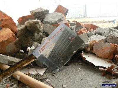 Zagubionym wśród ruin petentom właściwą drogę do działającego urzędu wskaże ta pocztówka. Fot. Maciej Mazur.