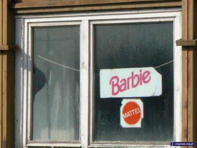 Tu mieszka Barbie. Różowe marzenia mieszkańców baraków na terenie budowy centrum rozrywkowego H2O. Fot. Maciej Mazur.