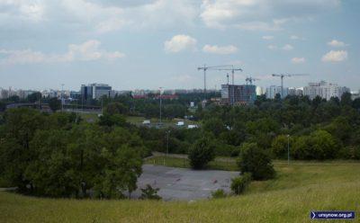 Asfaltowe korty pod Kopą Cwila, a dalej widać budowę osiedla w miejscu zburzonej Karczmy Ułańskiej nad Smródką. Fot. Anna Podkaminer-Lewandowska.