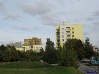 Plac Wielkiej Przygody, a za nim kontrastujące odnowione i czekające na nowe kolory bloki przy Zamiany. Zdjęcie: Krzysztof Grabowski.