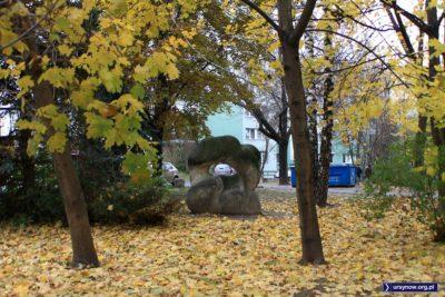 """I nic więcej do dodania. Rzeźba """"Zakochani"""" przy Pięciolinii jesienną porą. Fot.: Anna Podkaminer-Lewandowska."""