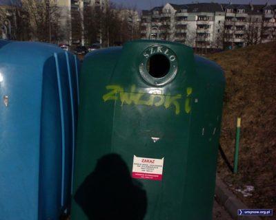 Oddolna reklama społeczna propagująca idee recyklingu na pojemniku przy Hawajskiej. Fot.: Jacek Paweł Serwach.