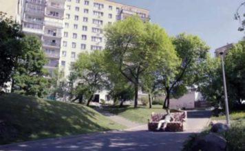 Sofa w drodze - zjazd spod dawnego mięsnego, a dziś Klubu Jar, czyli pawilonu przy Końskim Jarze 6. Kadr z reklamy serwisu Tablica.pl