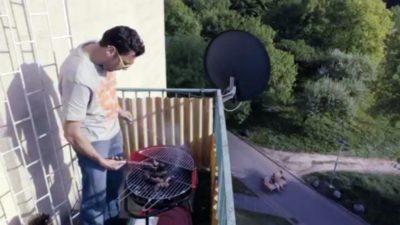 Pan na balkonie upiecze obiad na grillu, a pan na dole sprzeda sofę sąsiadowi z Końskiego Jaru. I wszyscy zadowoleni, a najbardziej serwis Tablica.pl, który tak się reklamuje.