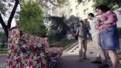To już koniec reklamy, sofa u kupca. Ciekawe, czy za kilkanaście lat będziemy się śmiali z reklamy, sofy czy Końskiego Jaru gwiazdującego w tle? Kadr ze spotu serwisu Tablica.pl