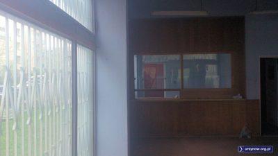 Wnętrze dawnego Biura Paszportowego przy Lasku Brzozowym. W tych okienkach latami przyjmowano wnioski i wydawano paszporty - kiedyś takie z podziałem na kraje socjalistyczne i wszystkie kraje świata. Fot. Maciej Mazur