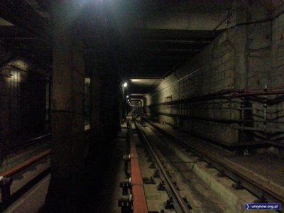 Tunel metra między stacjami Ursynów i Służew. W tym miejscu jest jedna z pięciu śluz dzielących cały odcinek między Kabatami i Wierzbnem na szczelnie odizolowane fragmenty. Fot. Leszek Borlik.